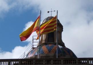 La coupole de Generalitat de Catalunya avec les drapeaux espagnol et catalan - Les mêmes vents?